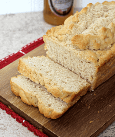 Homemade Beer Bread ~ Quick and easy beer bread! via www.julieseatsandtreats.com