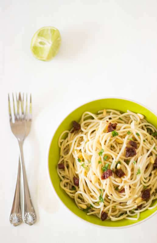 Lemon Garlic Spaghetti with Sundried Tomatoes is an easy side or main dish to prepare for your entire family, loaded with fresh and juicy flavors and textures thanks to the citruses, tomatoes, herbs and pine nuts.