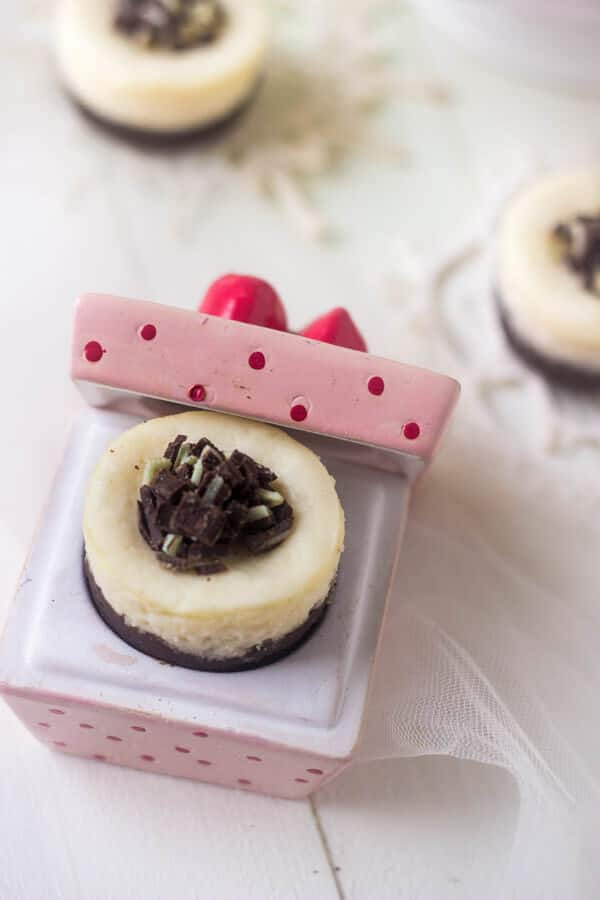 Mini White Chocolate Cheesecakes with Brownie Crust - Gluten free and only 160 calories! | Julieseatsandtreats.com | #Christmas #Cheesecake #recipe