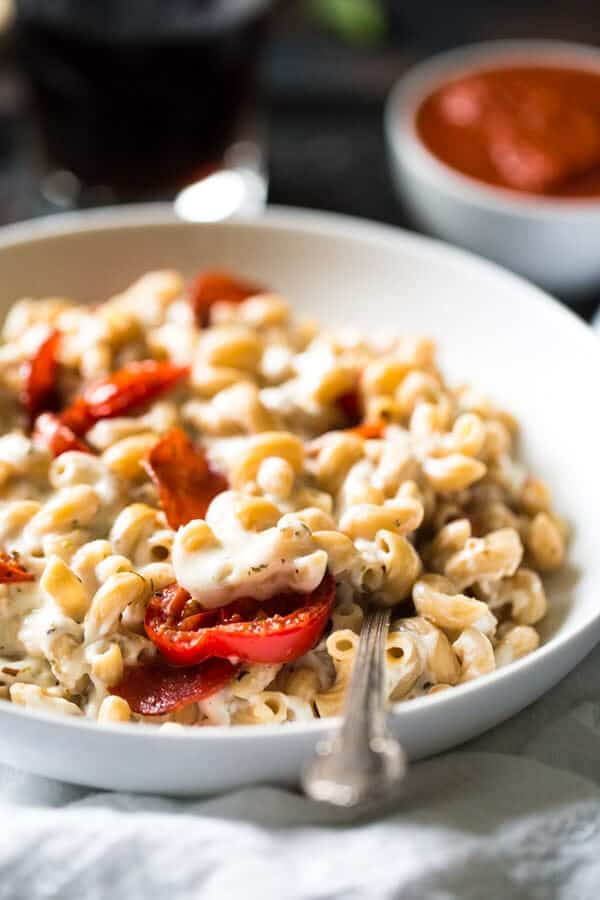 Skinny Pizza Mac N' Cheese - Two comforts food in one with this easy meal that is made with Greek Yogurt to keep it light and healthy! | Julieseatsandtreats.com | #recipe