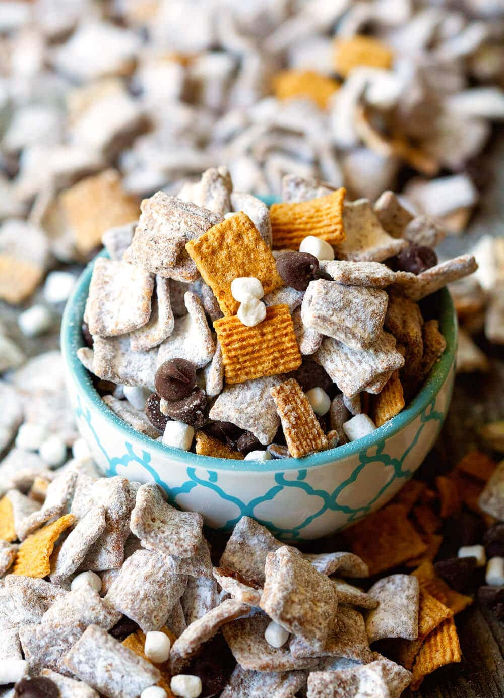 S'mores Muddy Buddies ~ Only 5 Ingredient Recipe! Yummy mixture of Golden Graham cereal, chocolate chips, peanut butter, confectioner's sugar and mallow bits!